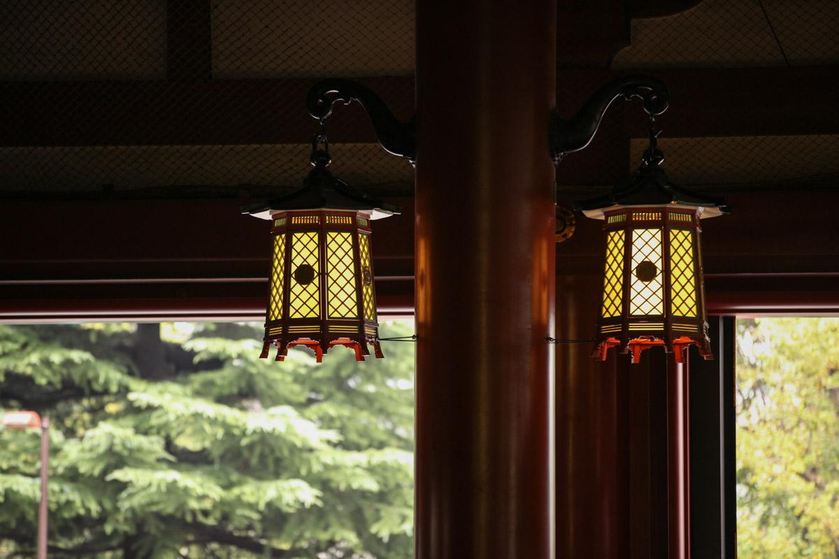 軒下の釣灯籠(つりとうろう)