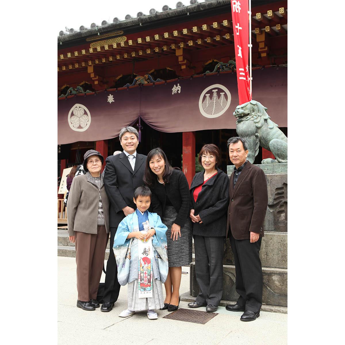 東京最古の神社 浅草神社の本殿前で記念撮影
