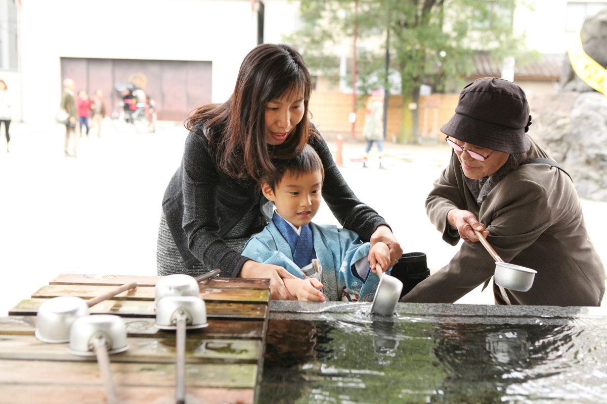手水舎でママとおばあちゃんと手を清める