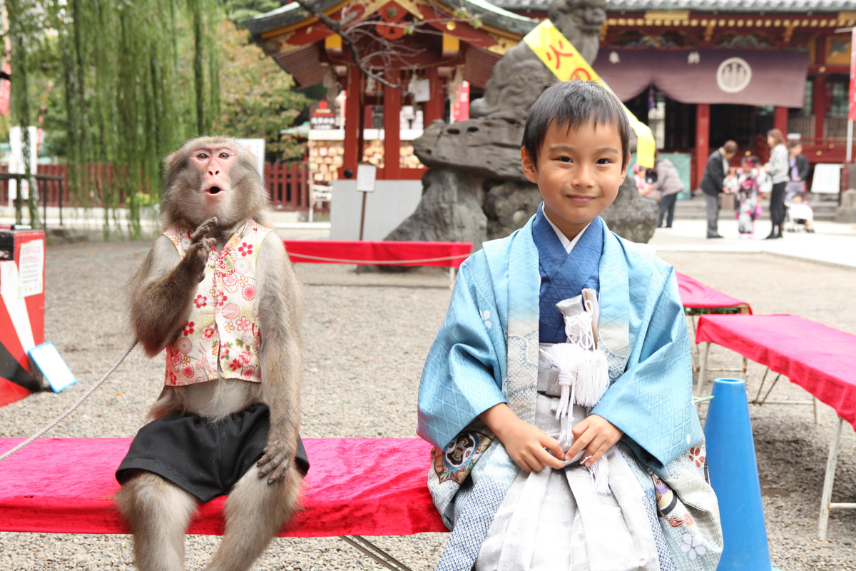 お猿と並んで記念撮影