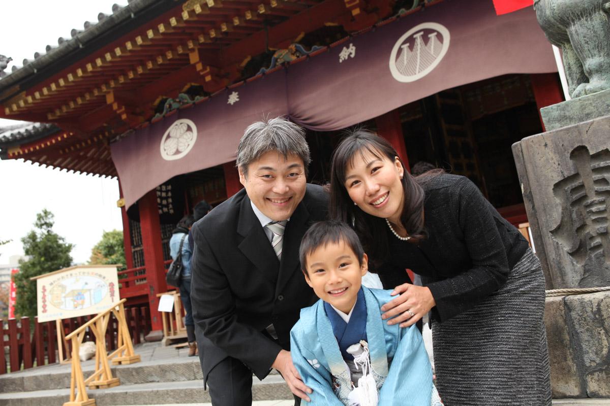 浅草神社神殿・継殿前で家族3人のアップ写真