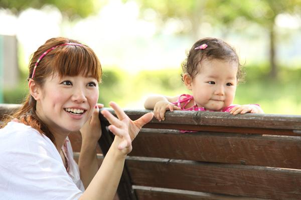 ベンチに座る子供とママ