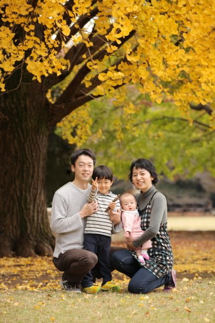 イチョウ並木で美しい家族写真