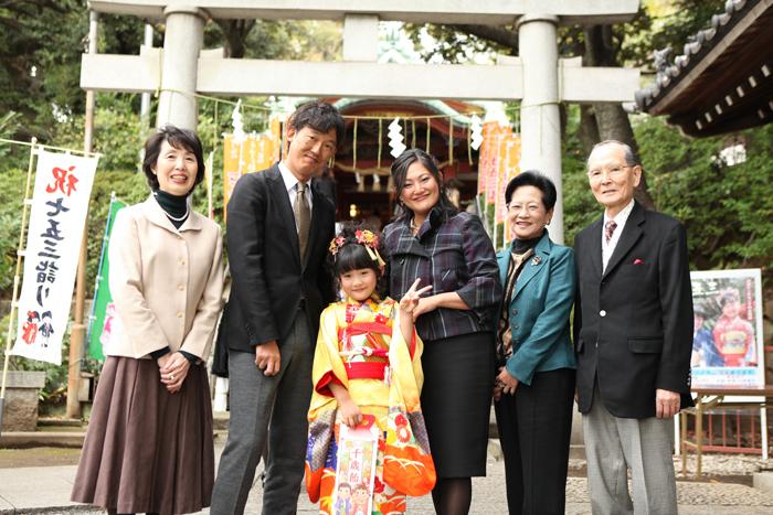 鳥居を入れて記念撮影 雪ヶ谷八幡神社