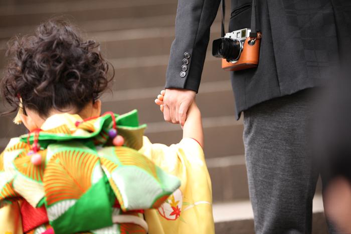 7歳の女の子の七五三 パパと手を繋ぐ