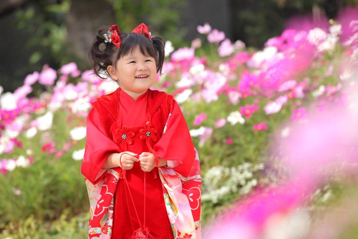 赤い被布を着た3歳の女の子