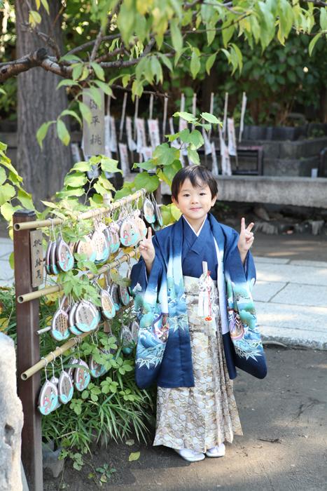スサノオ神社の絵馬の前で記念撮影