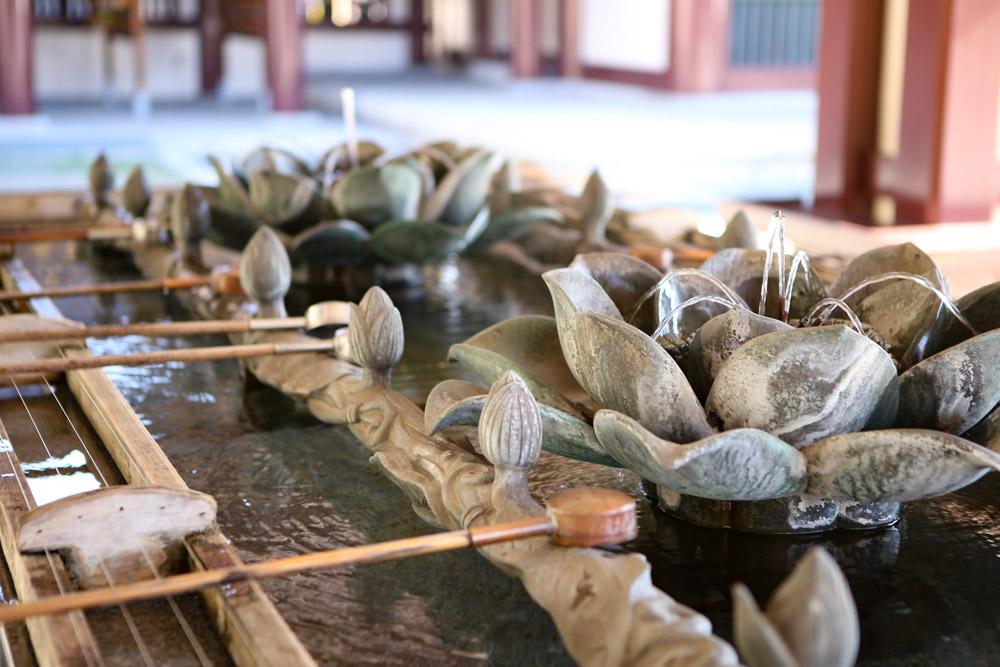 菊の花がモチーフの手水舎