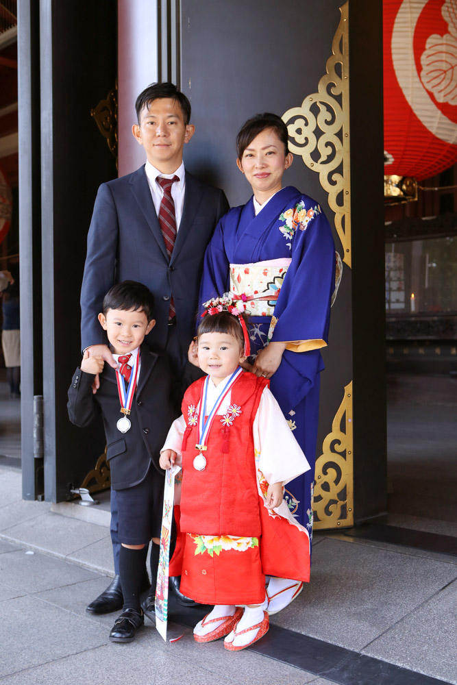 川崎大師の境内で家族写真撮影