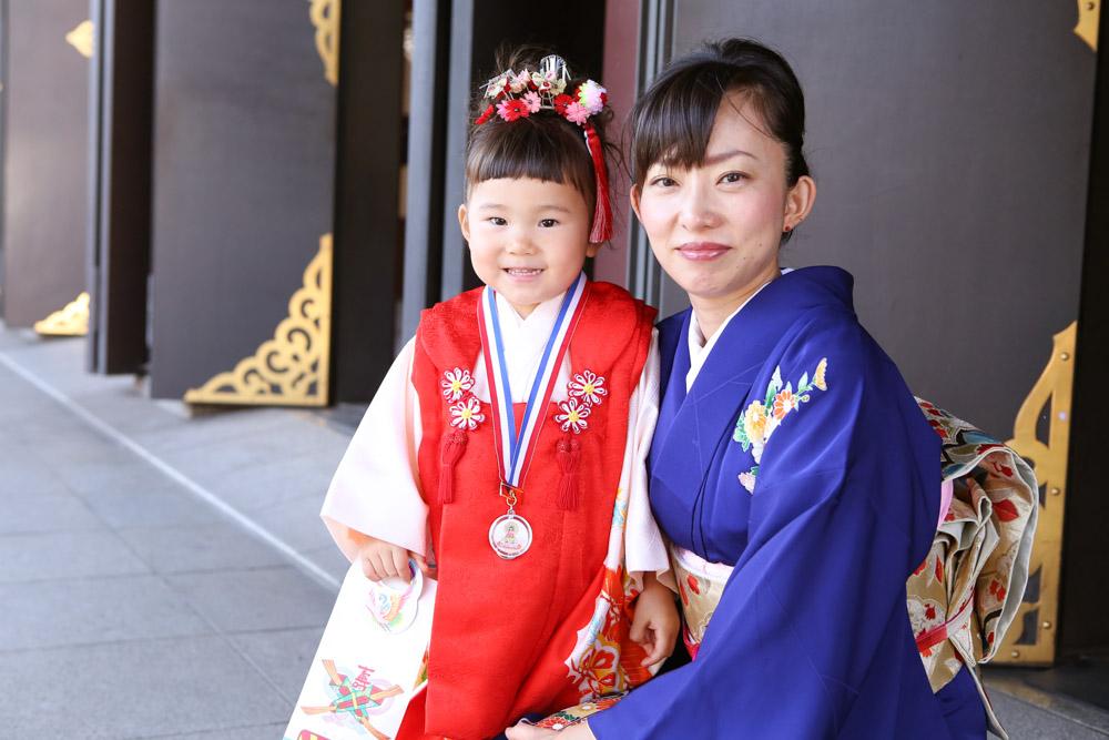 ブルーの鮮やかな着物が美しいママとツーショット