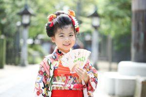 久伊豆神社の境内で七五三を撮影した写真(アップ)