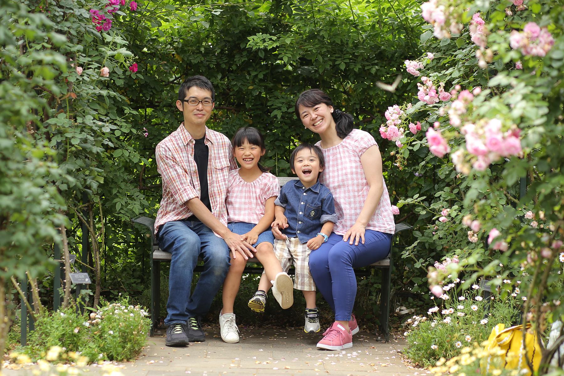 お揃いコーデで家族写真撮影