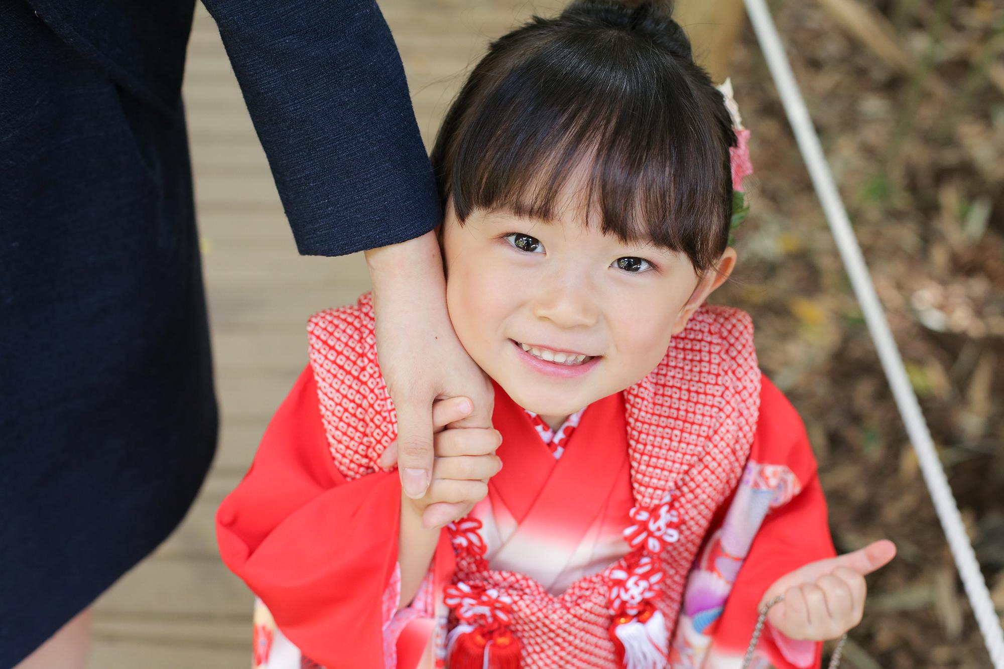にこにこ笑顔の3歳女の子