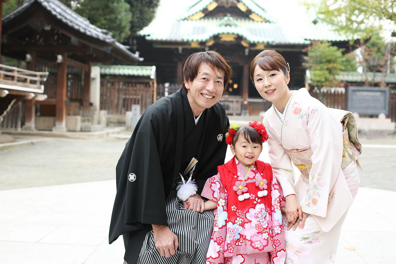 牛嶋神社の本殿前で記念撮影