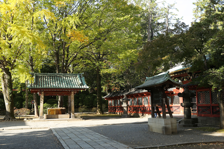 根津神社の手水舎と唐門