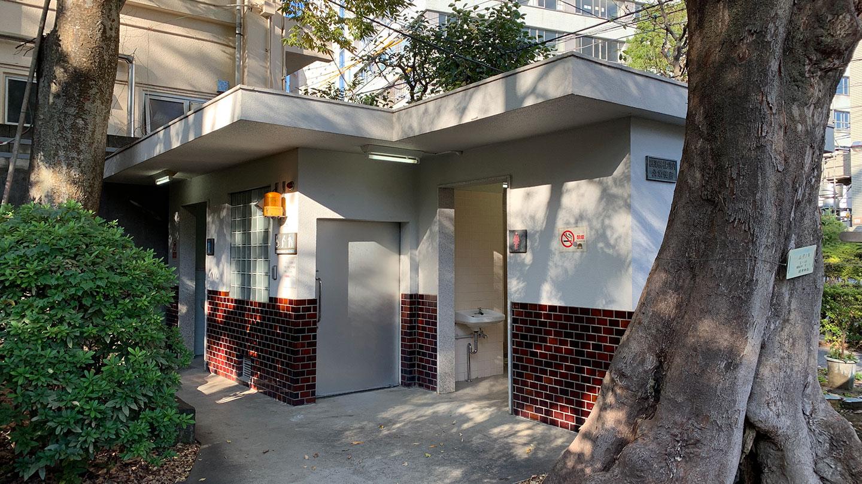 根津神社西口前のトイレ