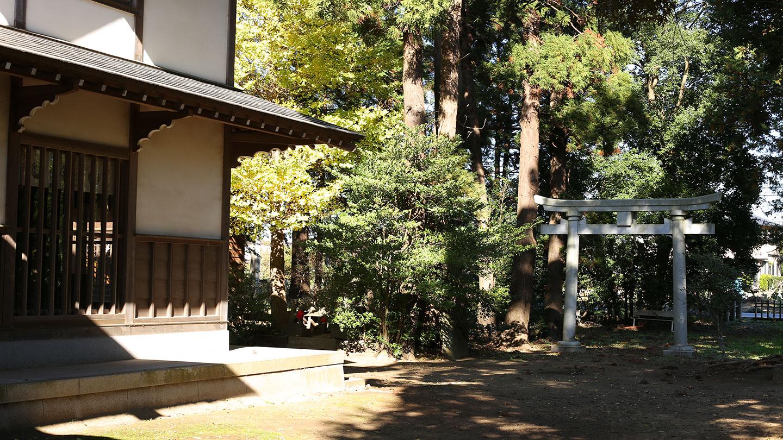 女化神社の境内