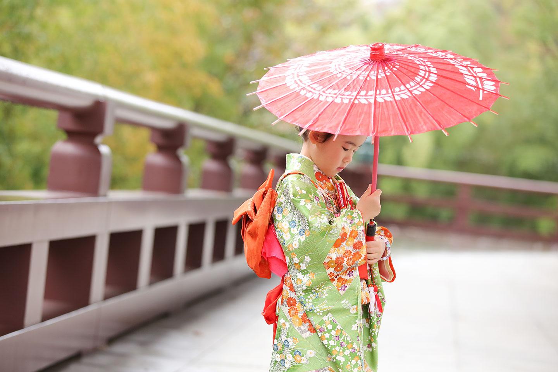 和傘と着物の女の子