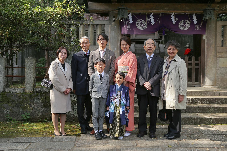根津神社の殿殿前で集合写真の撮影