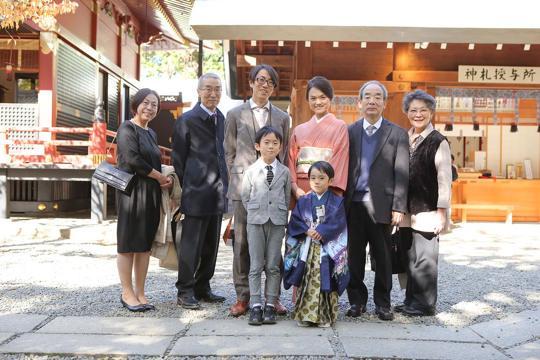 本殿前で七五三の家族写真撮影