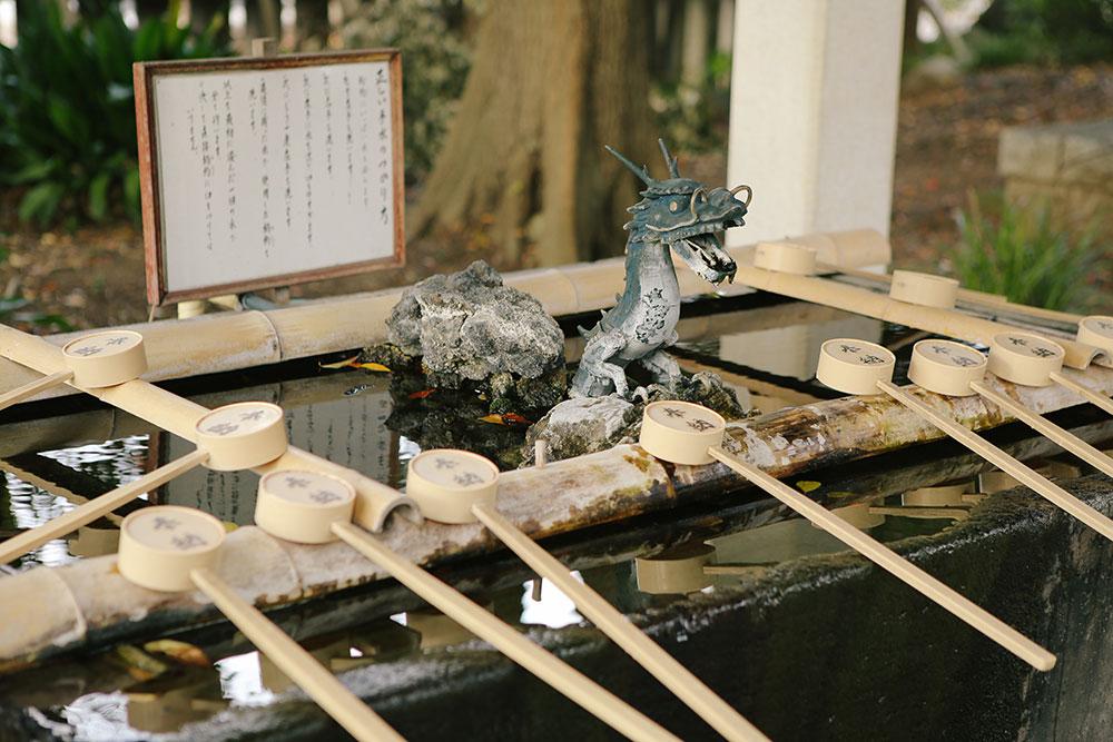 わらび神社の手水舎と柄杓