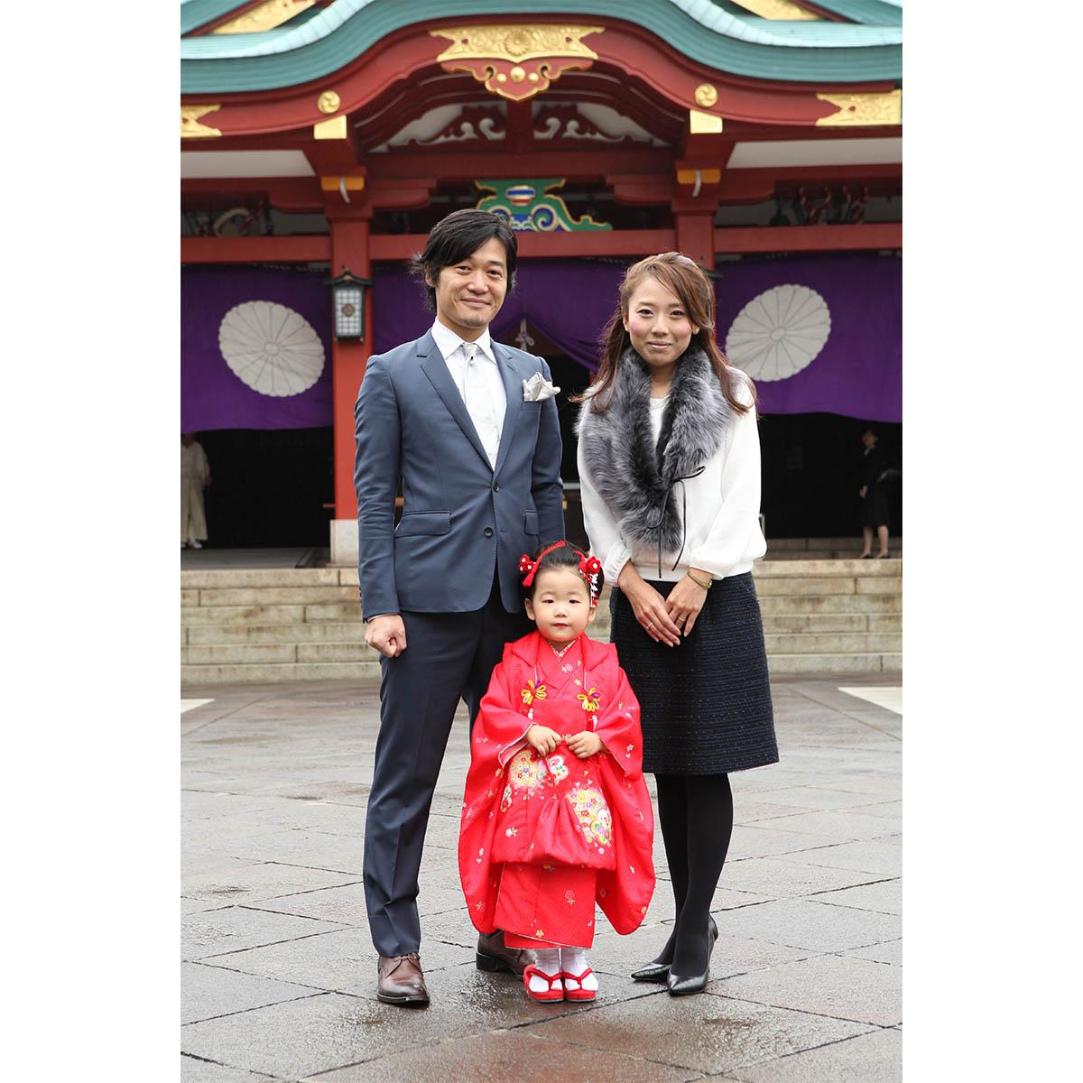 赤坂日枝神社の本殿をバックに家族写真撮影