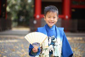 扇子を持った青い着物の男の子