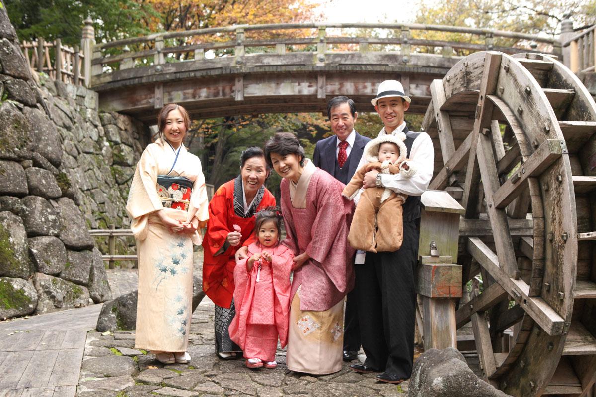 舟串橋をバックに親族みんなで記念写真