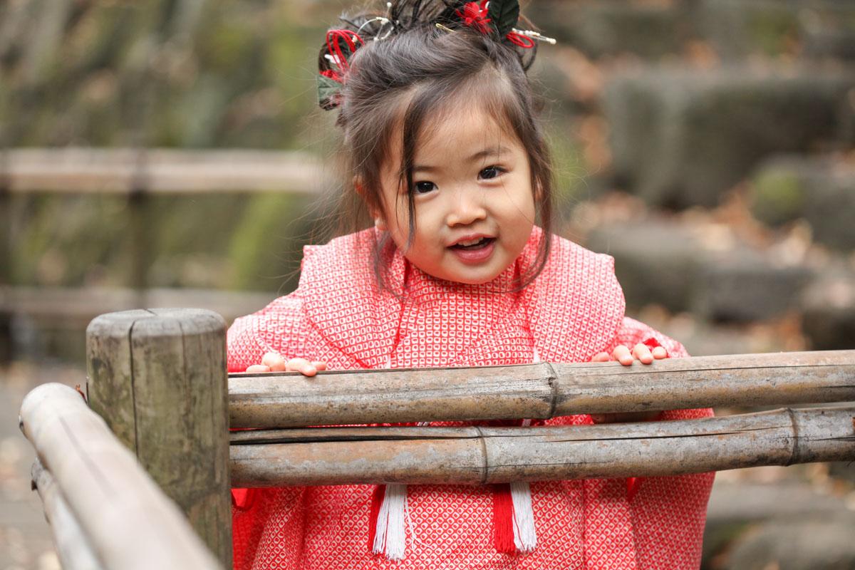 前髪の長い3歳女の子
