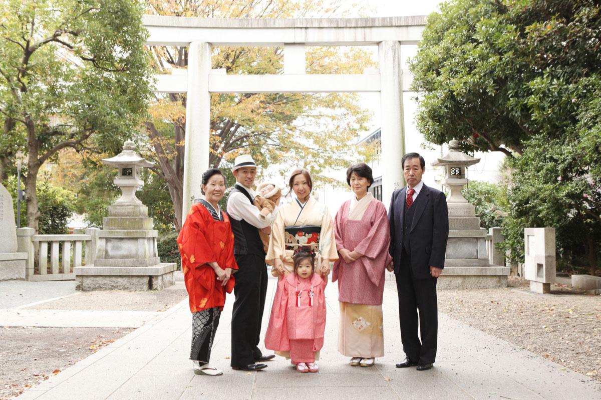 王子神社の白鳥居の前で