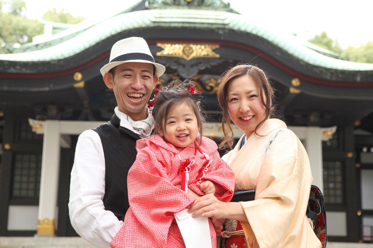 王子神社の本殿をバックに七五三撮影