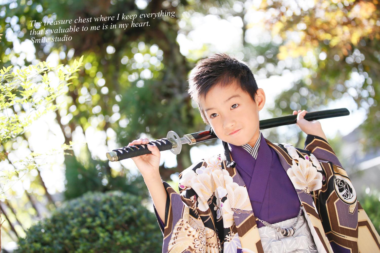 日本刀と袴を着た男子