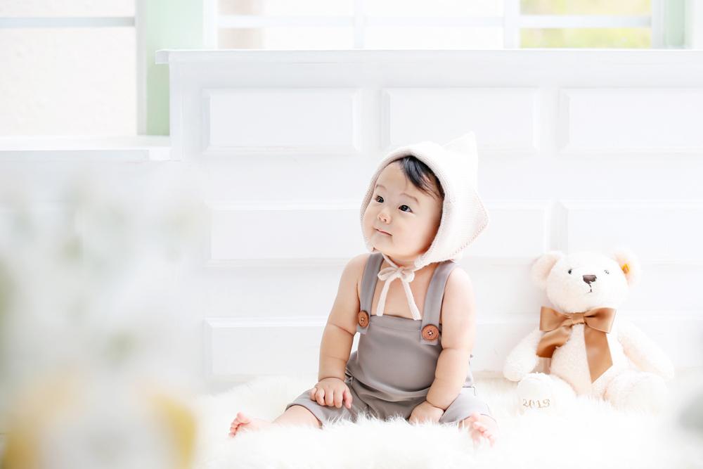 熊のぬいぐるみと赤ちゃん