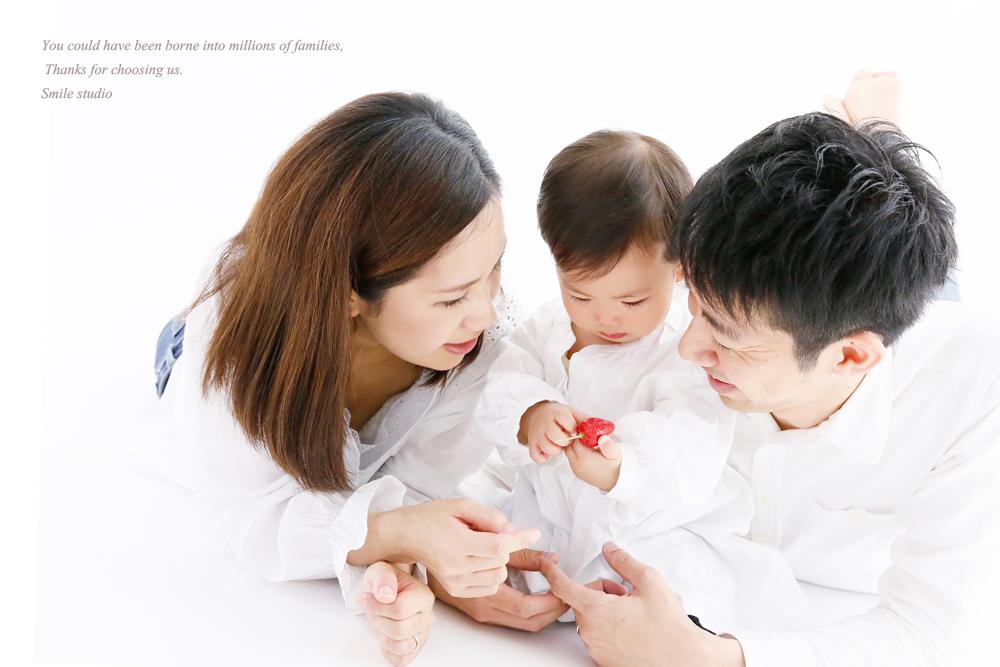 白いシャツで家族写真撮影