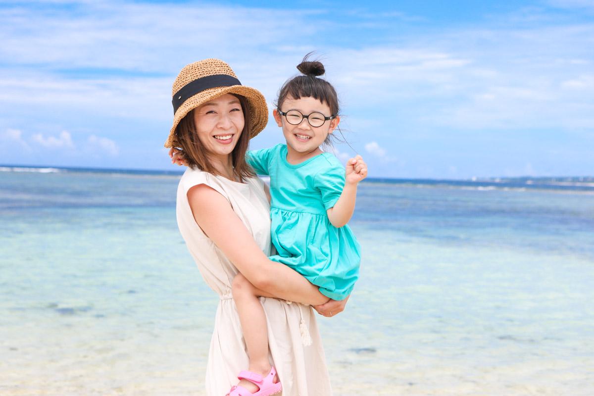 ママと女の子 海と青空