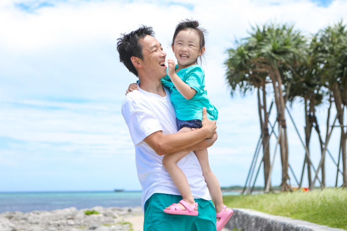 パパが娘ちゃんを抱っこする