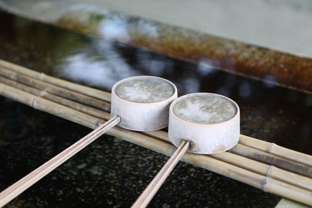 手水舎に二つ並んだ柄杓(ひしゃく)