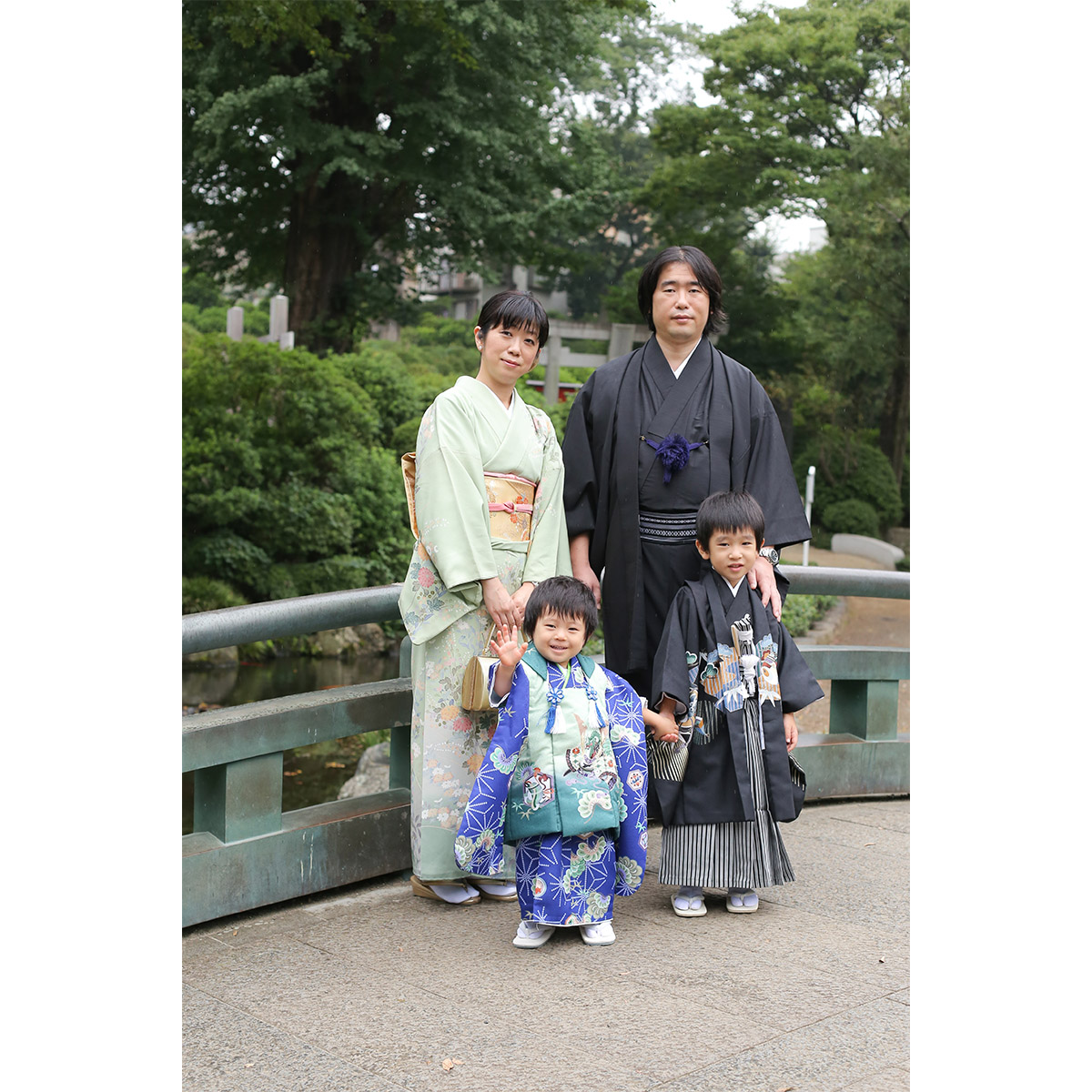 根津神社 池の上の橋で七五三記念撮影