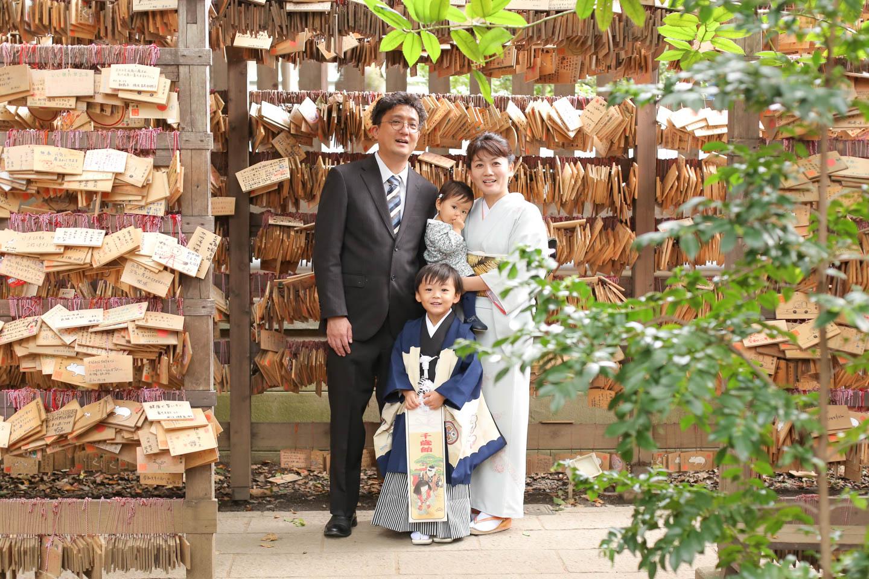 絵馬トンネルで家族写真撮影