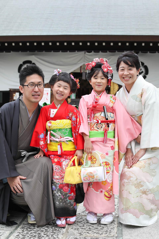 松陰神社に出張撮影 拝殿をバックに記念撮影