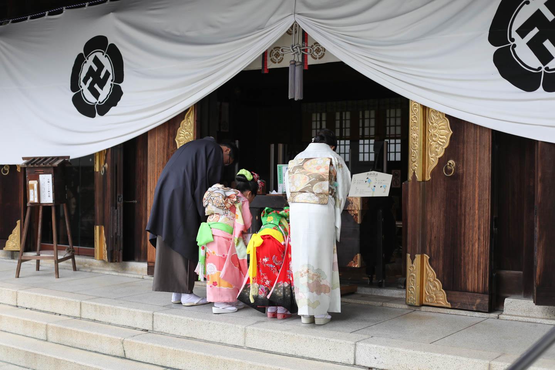 松陰神社に出張撮影 御社殿へ参拝(後ろ姿)
