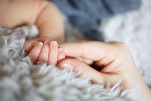 産まれたて赤ちゃん お手てのアップ